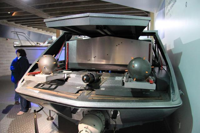 glastron_carlson_cv-23ht_speedboat_moonraker_rear_national_motor_museum_beaulieu