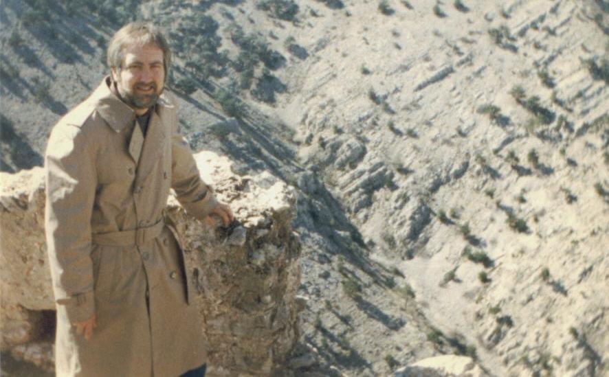 Raymond Benson sur l'île de Chios, 1997, durant ses recherches pour le roman.