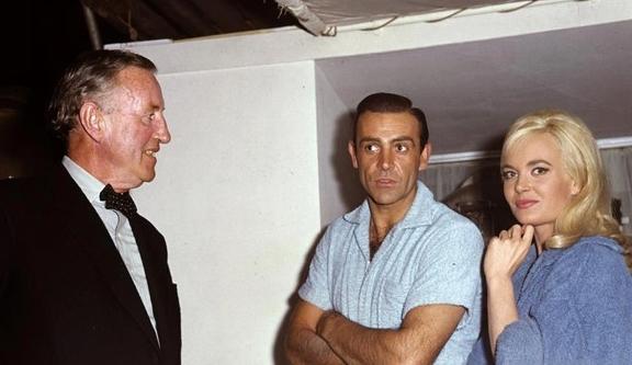 Ian Fleming, Sean Connery et Shirley Eaton sur le tournage de Goldfinger