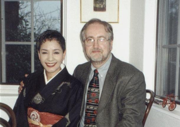 Raymond Benson chez l'actrice Mie Hama  (On ne vit que deux fois) en 2001 lors de son voyage de recherche au Japon pour The Man with the Red Tattoo.