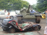 『ゴールデンアイ』のように車を潰すT-55  Photo courtesy: The Dezer Collection