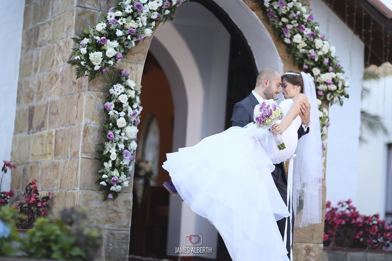 fotografo-de-bodas-james-alberth-fotografias-de-bodas-y-matrimonios-subachoque-la-capilla-bodas-purpuras-moradas-hermosas-campestres