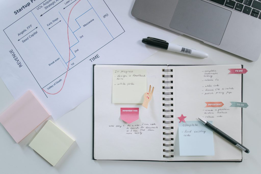 coach organisation - open notebook and pen with figures for marketing for coaches