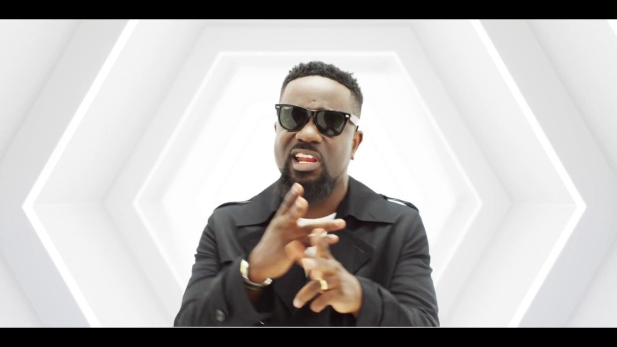 (Video) Medikal ft Sarkodie & Paedae – How Much (Remix)