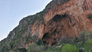 Eine für das Klettern gesperrte Grotte im Nationalpark