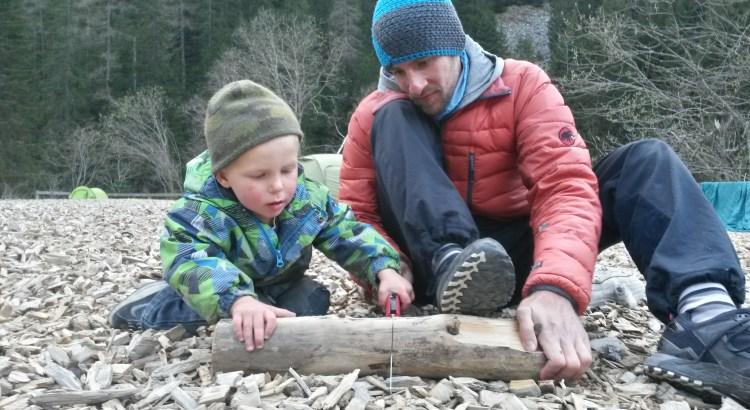 Die Männer kümmern sich ums Feuerholz