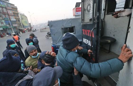 बिहानैदेखि प्रहरी र प्रचण्ड-माधव समूहका कार्यकर्ताबीच घम्साघम्सी (फोटो फिचर)