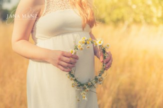 Die Magie der Schwangerschaft als eine ganz besondere Erinnerung festhalten… Die Schwangerschaft ist eine Zeit voller Zauber, in der sich nicht nur dein Körper sondern dein ganzes Leben verändert! Natürlich möchtest du dich an diese besondere Zeit noch erinnern, wenn dein Baby schon längst das Licht der Welt erblickt hat. Und das geht am besten mit ganz persönlichen und natürlichen Schwangerschafts- und Babyfotos! Damit deine Babybauchfotos und Babyfotos ganz individuell und einzigartig werden suchen wir uns einen wunderschönen Platz in der Natur oder an einem Ort, an dem du ganz besonders schöne Erinnerungen hast. Dabei arbeite ich generell mit natürlichem Licht. Du kuschelst gern oder du bist lieber in der Natur - auf einer Wiese, an einem See - oder an einem ganz anderen Ort? Ich begleite dich für deine einzigartigen Schwangerschaftsfotos überall hin! Der beste Zeitpunkt für schöne Fotos des Kullerbauches ist übrigens um den 8. Schwangerschaftsmonat! In dieser Zeit ist der Bauch schön rund, aber du kannst dich noch gut mit ihm bewegen und das Fotoshooting in vollen Zügen genießen. Du erwartest ein Baby und möchtet diese besondere Zeit mit besonderen Fotos festhalten? Mein besonderes Fotospezial: Ich fotografiere dich an einem Ort deiner Wahl einmal mit Babybauch und dann wenige Wochen später mit deinem neugeborenen Baby.