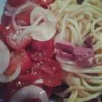Nudel-Schinken-Omelett mit Tomatensalat