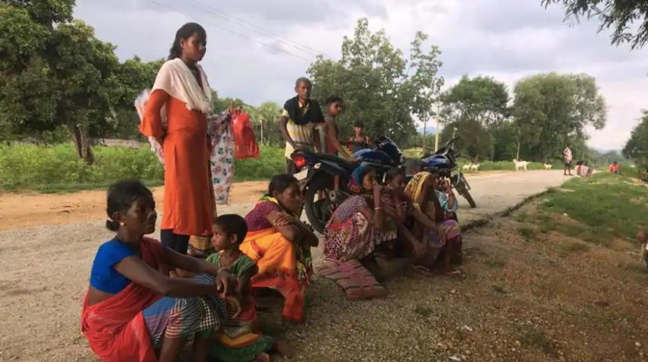 बुरकापाल में एक जगह पर बैठी महिलाएं।