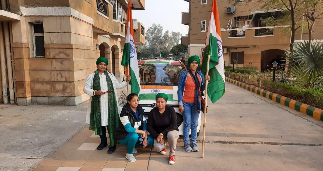 शालिनी श्रीनेत अपनी सहेलियों के साथ।