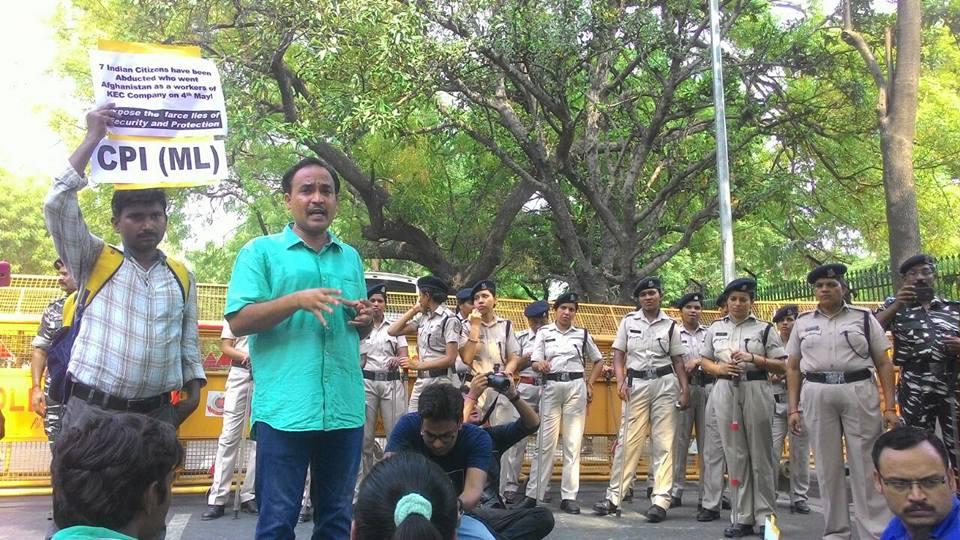 दिल्ली पुलिस के तीन जवानों ने सादी वर्दी में दी माले राज्य सचिव के दरवाजे पर दस्तक