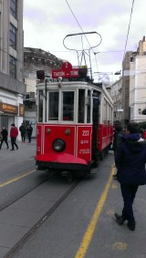 T koji prolazi kroz Istiklal ulicu