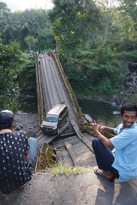 Zerstörte Brücke in Sidemen