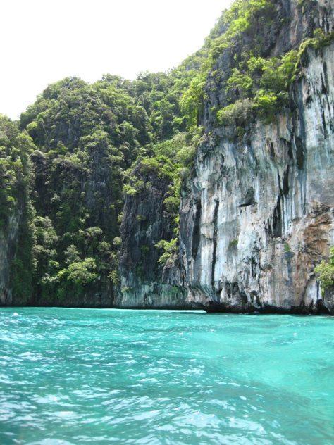 Steilküste an türkisfarbenem Wasser