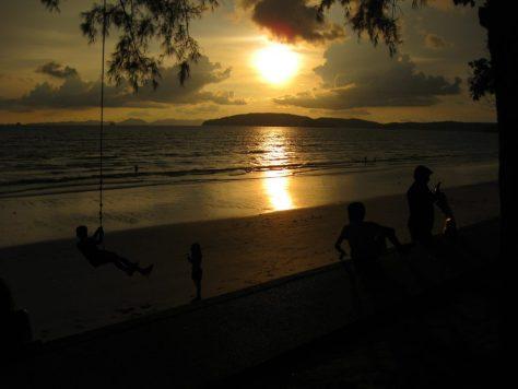 Ao Nang Schaukel vor Sonnenuntergang