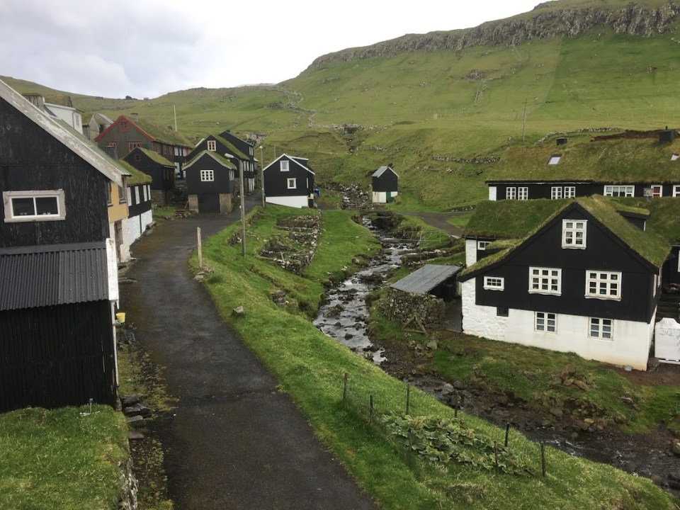 describe the Faroe Islands with the color green