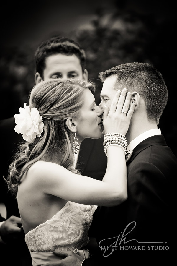 Tips for a perfect wedding kiss