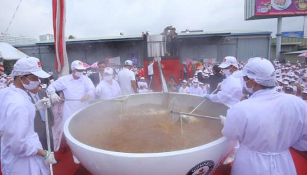 ماہر شیفس نے13سو کلو سوپ دیوہیکل پیالے میں تیار کیا