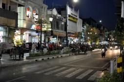 Życie nocne to tętniąca ulica główna, Malioboro.