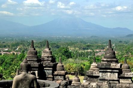 Widok na dość pobliskie wulkany: Gunung Merapi i Gunun Merbabu.