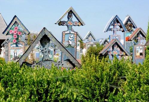 """Krzyże z drewna dębowego, gdyż: """"ludzie Maramureszu żyli z drzewem i żyli z drewna"""". Kolor niebieski - nadzieja i wolność."""