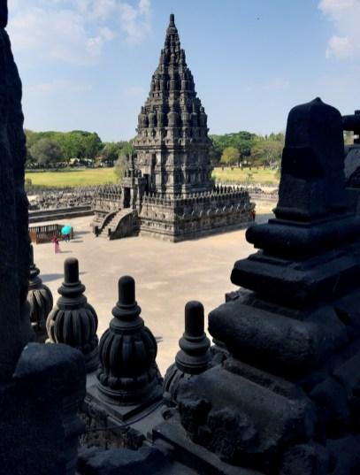 Prambanan poświęcono tzw. Trimurti, czyli trójcy najważniejszych bóstw hinduizmu: Brahmie, Wisznu i Siwie.