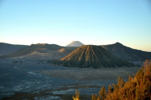 O świcie. W promieniach wschodzącego słońca... Za Bromo i Batokiem góruje Gunung Semeru - ten najwyższy na Jawie.