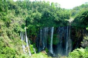 To jest Tumpak Sewu :) W calej okazałości swoich 120 metrów wysokości. Nad wodospadem góruje wulkan Semeru, no ale jest w chmurach ;(