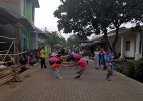 Miejscowa ludność dba o zdrowie. Codziennie na jedyną główną ulicę wytaczają kolumnę z muzyką i uprawiają gimnastykę.