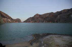 W kraterze Idżjenu znajduje się najbardziej kwaśne jezioro wulkaniczne o średnicy 1 km.