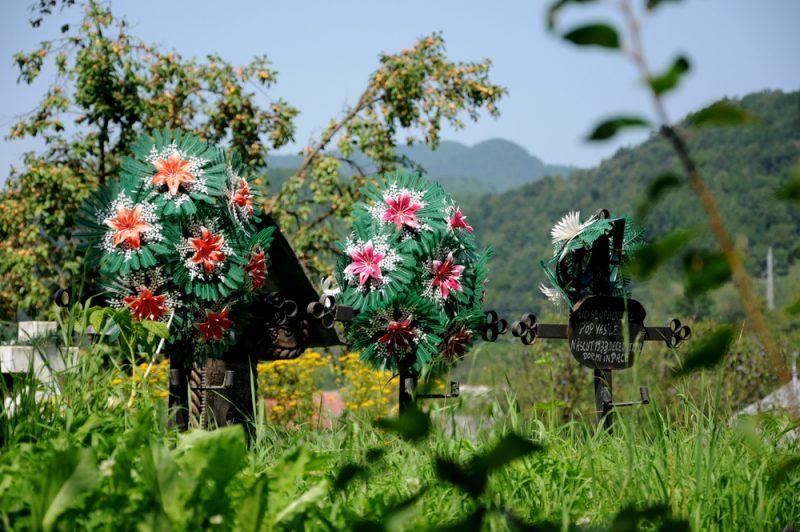 Plastykowe kwiaty to powszechny element ozdobny na rumuńskich wiejskich cmentarzach.