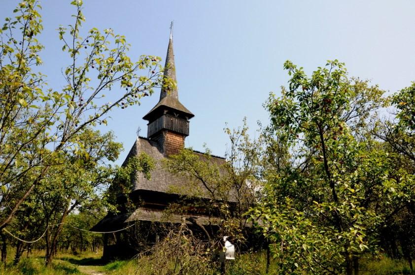 Tutejsze cerkwie mają swój specyficzny charakter. Nie docierały tu wpływy Bizancjum, więc rzemieślnicy budowali je po swojemu. Biserica św. Mikołaja, najstarsza cerkiew we wsi Barşana (1711).