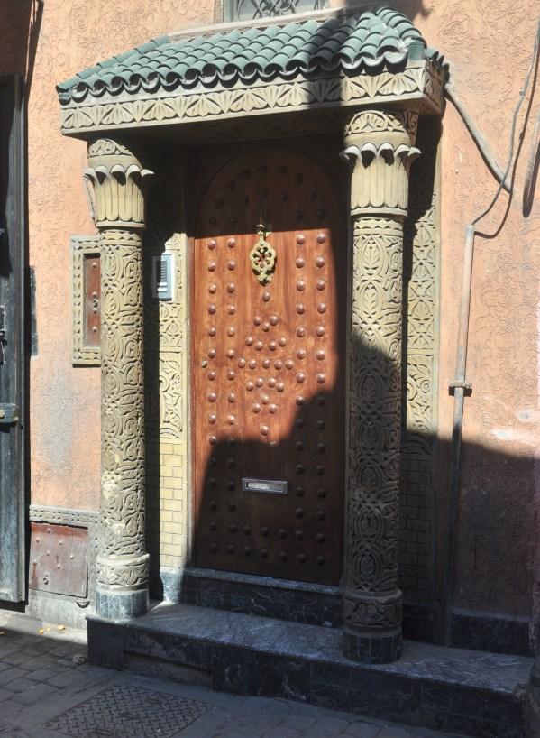 Cała medyna to przeróżne drzwi z przeróżnymi frontami i przeróżnymi kołatkami.