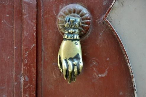 Ręka Fatimy. Amulet chroniący przed złym urokiem, przynoszący zdrowie i szczęście. Często jest wieszana na drzwiach czy ścianach domów. Stanowi też element biżuterii (naszyjniki, bransoletki, kolczyki), o czym ileś zdjęć dalej.