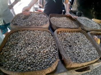 To jest to, co luwaki z siebie wydalają. Luwaki wyjadają tylko najlepszej jakości ziarna kawy, trawią i wiadomo. Kupy się zbiera, wydłubuje ziarenka kawy, wyłuskuje środek z kilku łupinek i czyste ziarna się praży, mieli i...