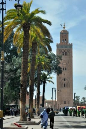 """Tu przemykamy kilka razy dziennie. Minaret meczetu Kutubijja jest dla nas """"po drodze"""". Doskonały punkt orientacyjny położony vis a vis placu Jamee el Fna, na którym namiętnie jemy ;)"""