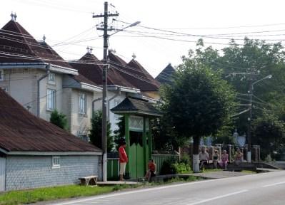 Życie na wsi upływa na obserwacji życia na ulicy i wymianie lokalnych plotek.