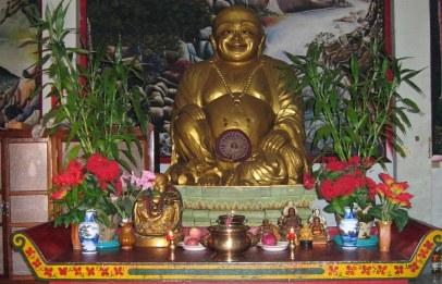 """""""Śmiejący się Budda"""", inaczej chiński Budai. Wywodzi się z chińskiego folkloru i nie jest wizerunkiem historycznego Buddy, lecz buddyjskiego mnicha. Symbolizuje szczęście i pomyślność."""