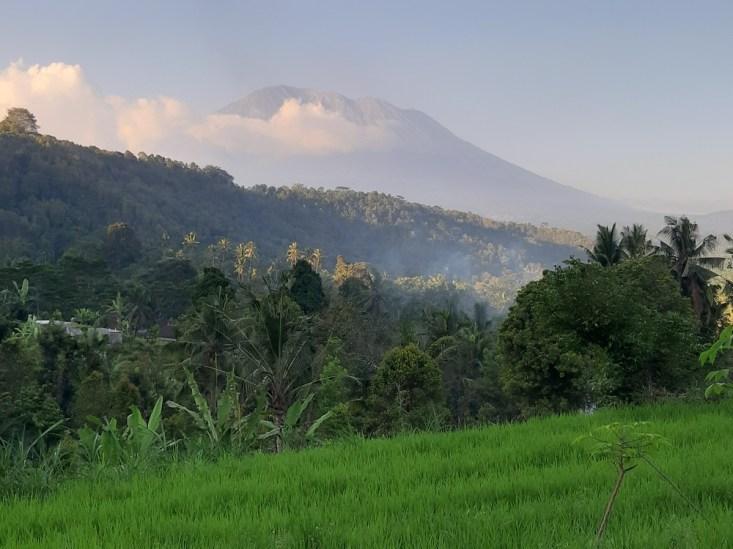 Najwyższy na Bali wulkan, Gunung Agung. Oczywistym jest, że Agung jest siedzibą bogów. To oni tu dyrygują światem wraz z wieloma innymi półboskimi istotami i zmagając się z wieloma złymi półistotami i demonami.