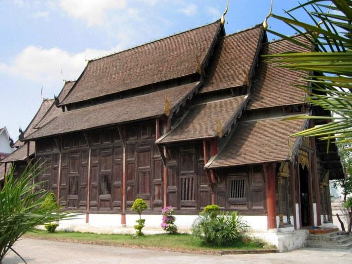 Wat Phan Tao - najstarszy wat w Chiang Mai, węże na dachach odstraszają złe duchy i demony, często z małymi dzwoneczkami.
