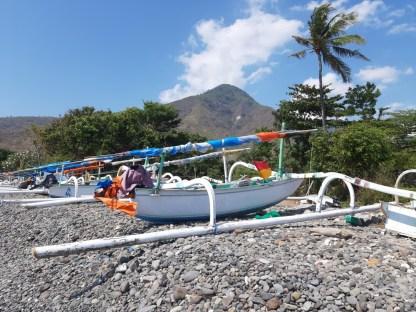 Większość zatoczek okupowana jest przez łódki tutejszych rybaków, którzy o świcie i przed zmierzchem wypływają na ocean.