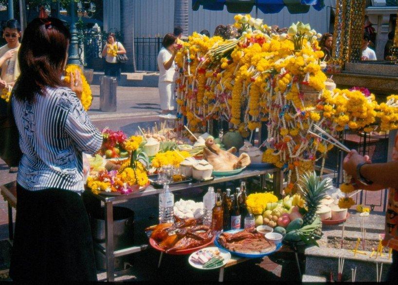 W podziękowaniu składa się kupione na terenie świątyni ofiary - kadzidła, rzeźbione słonie, kwiaty lotosu itd.