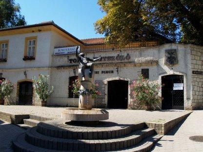 Kossuth Ter, pomnik Bachusa i wejście do słynnych piwnic Rakoczego, czynnych od 600 lat.