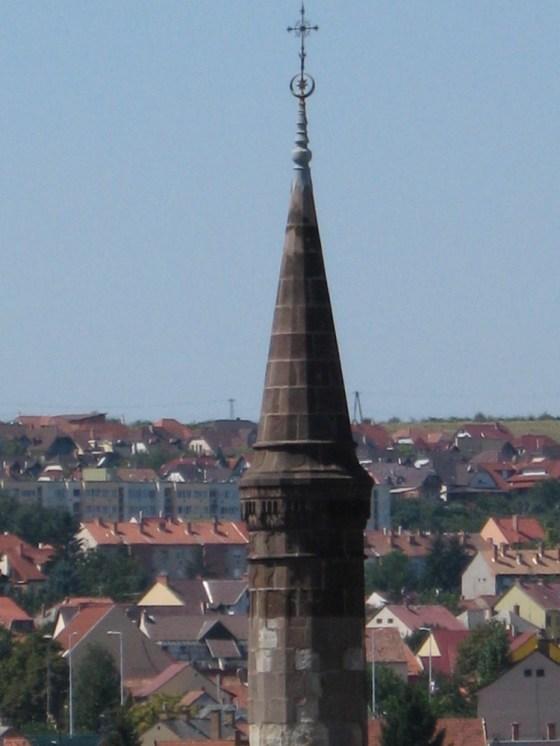 Z murów zamku jest porządny widok na stare miasto i minaret.