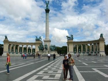 Co teraz? Cywilizacja ;) BUDAPESZT. Dokładniej: Peszt. Plac Bohaterów, pomnik Tysiąclecia.