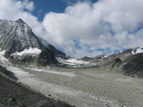 Panoramka z Pas de Chevres, po lewej Mont Blanc de Cheilon (3869), po prawej: schronisko Cabane des Dix.