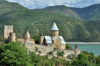 Po drodze jest też bardzo fotogeniczna twierdza Ananuri z XVII wieku nad sztucznym Jeziorem Żinwalskim.