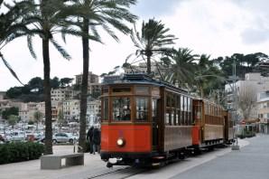 Czy widać, że wieje? Zabytkowy tramwaj kursujący między Soller a Puerto de Soller.