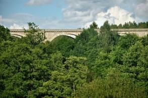 """Puszcza Romnicka. Stańczyki. """"Akwedukty północy"""". Fragment linii kolejowej Gołdap-Żytkiejmy-Gąbin, wzniesionej przez Prusy, uruchomionej w 1927r. Architekci włoscy."""